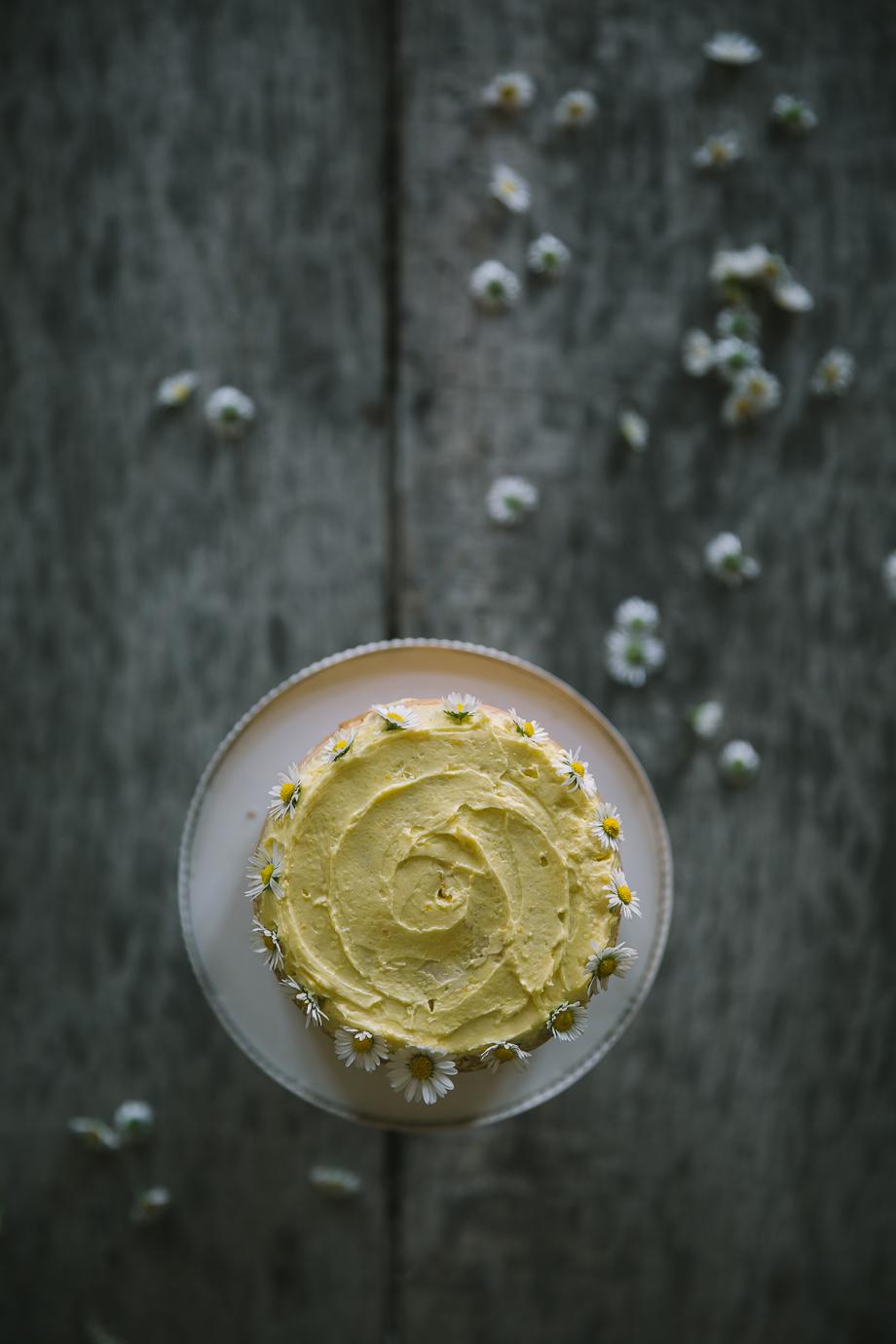 citromkrémes piskótatorta az Emlékek Íze konyhájából www.emlekekize.hu / lemon sponge cake with daisies from the Taste of Memories Hungarian country kitchen www.tasteofmemories.com