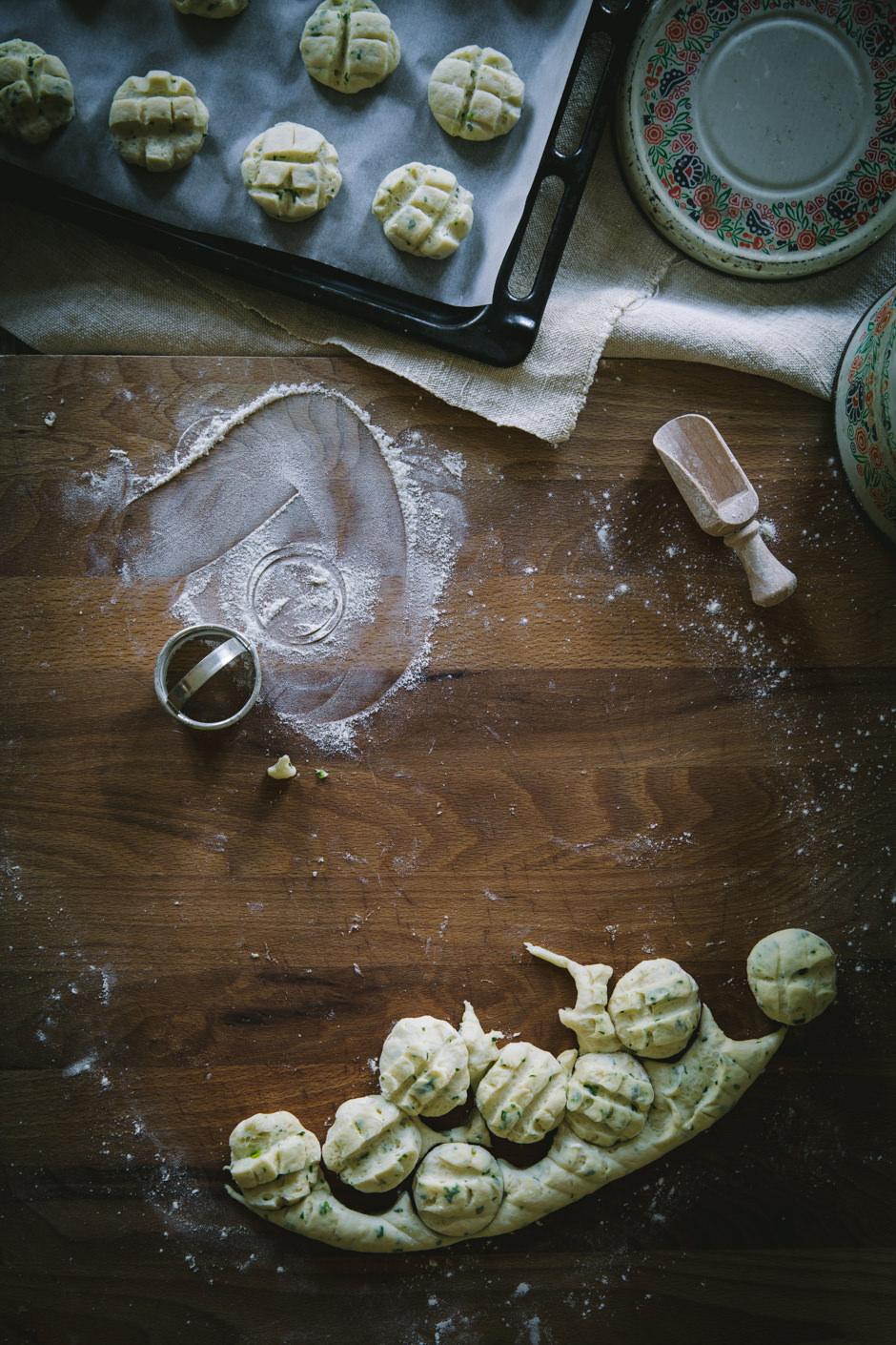 medvehagymás krumplis pogácsa az Emlékek Íze vidéki konyhájából/wild garlic and potato scones from the Taste of Memories Hungarian country kitchen www.tasteofmemories.com